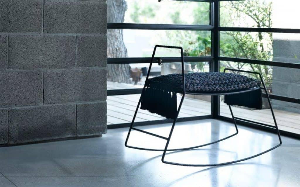 כיסא מעוצב בשחור