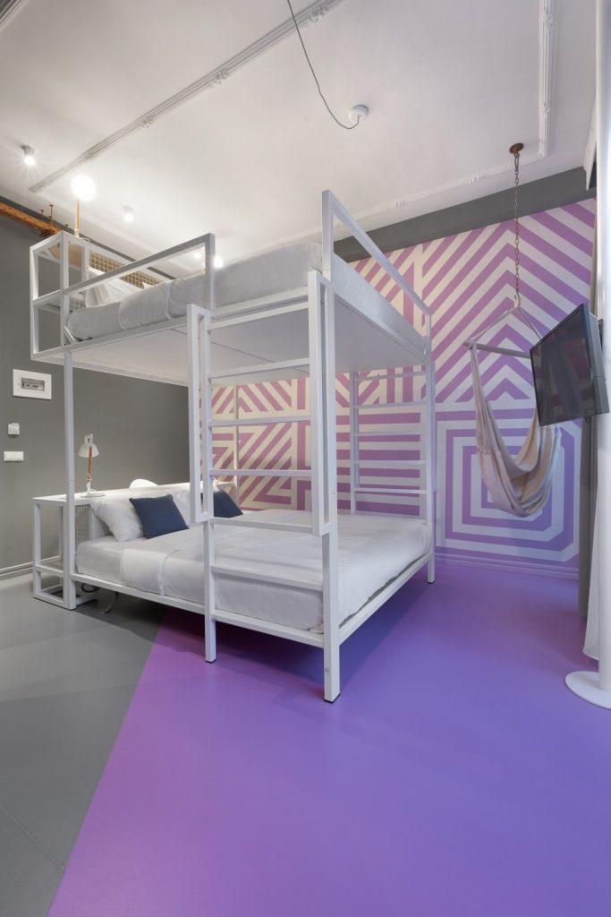 חדר שינה מעוצב בצבע סגול