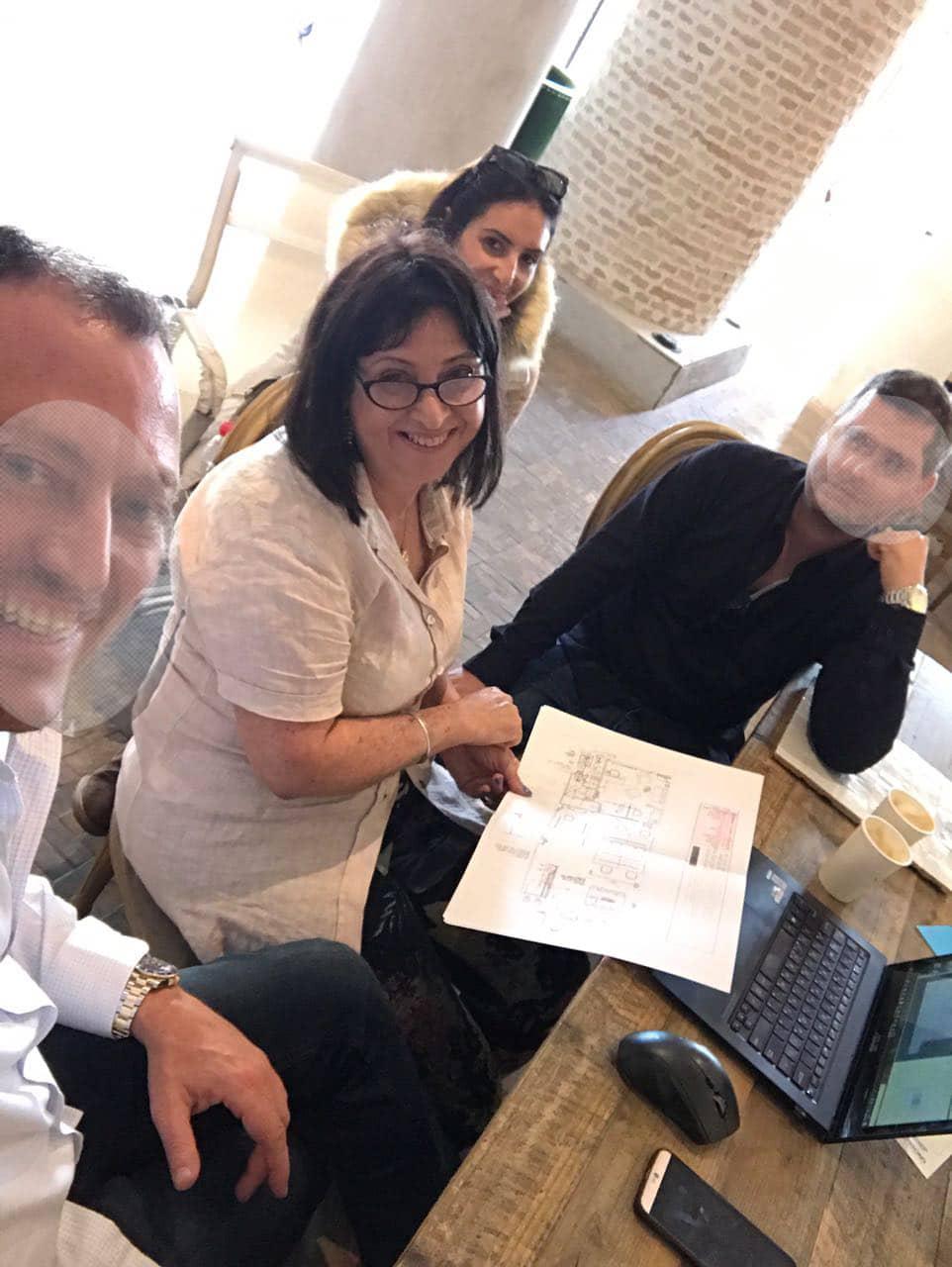 עובדים מחייכים במשרד