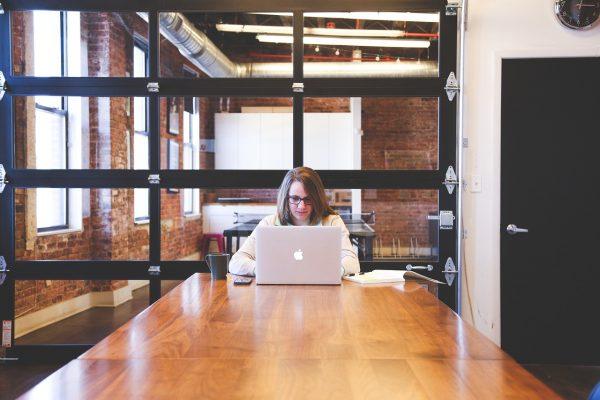 עובדת במשרד עם לפטופ