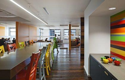 חברת 22squared – עיצוב משרד פרסום שהוא צבעוני וירוק